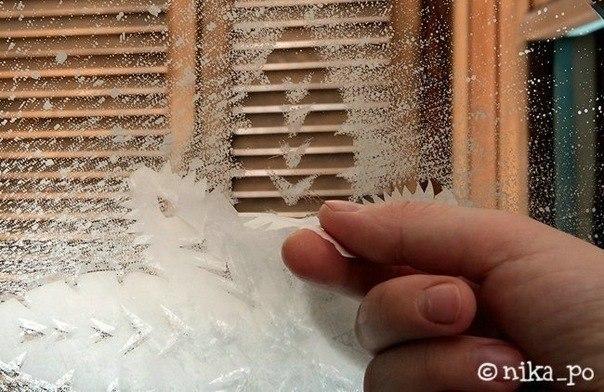 Новогодние снежинки на стекле с помощью зубной пасты