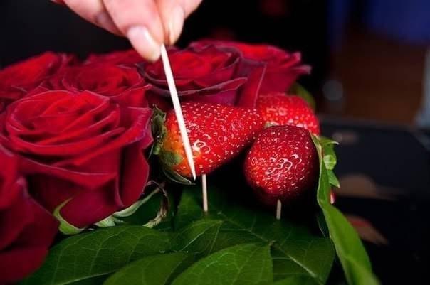 Букет из роз и клубники 7