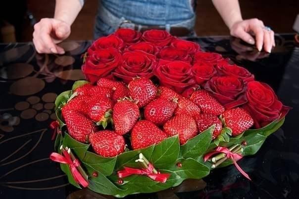 Букет из роз и клубники 8