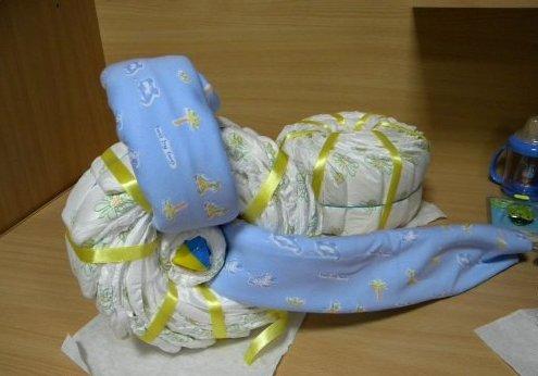 Как сделать коляску из памперсов своими руками